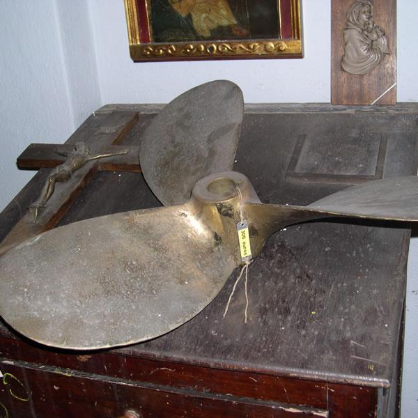helice-bronce-antigua-barco-hierros-lago